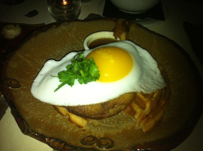 Pato confit con huevo de codorniz